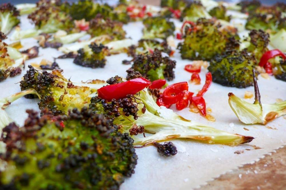 Ovnsbakt brokkoli med hvitløk og chili