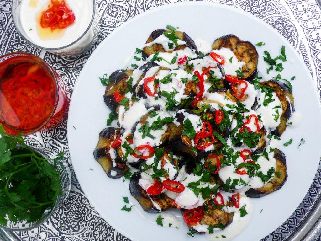 Aubergine med chiliyoghurt - oppskrift fra Et kjøkken i Istanbul