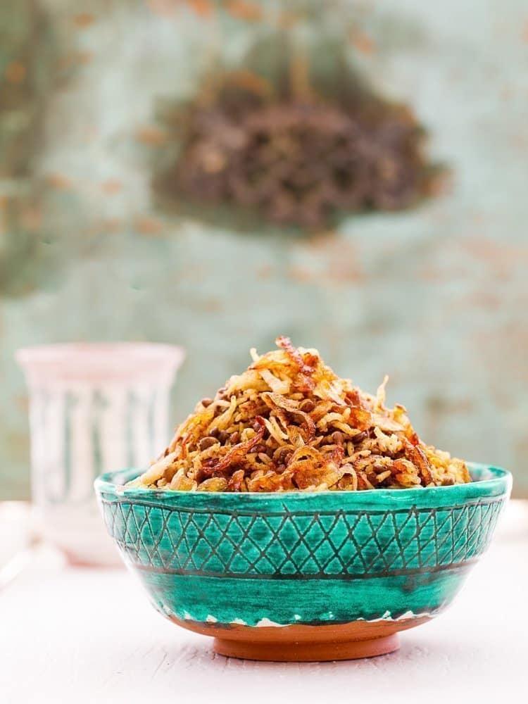Krydret ris med grønne linser og karamellisert løk i skål