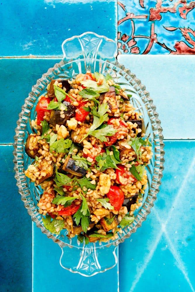 Bulgursalat med tomat og aubergine - oppskrift fra Hummus & granateple. Foto: Bahar Kitapcı.