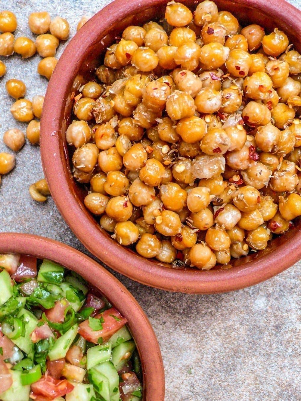 Krydrede kikerter med hakket salat - oppskrift / Et kjøkken i Istanbul