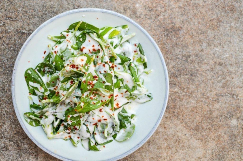 Grønn salat med yoghurtdressing