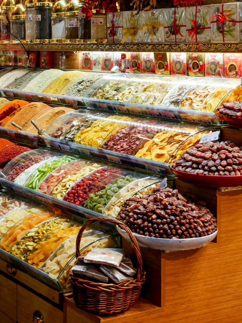 Dadler fra kryddermarkedet i Istanbul (Misir Carsisi) / Et kjøkken i Istanbul