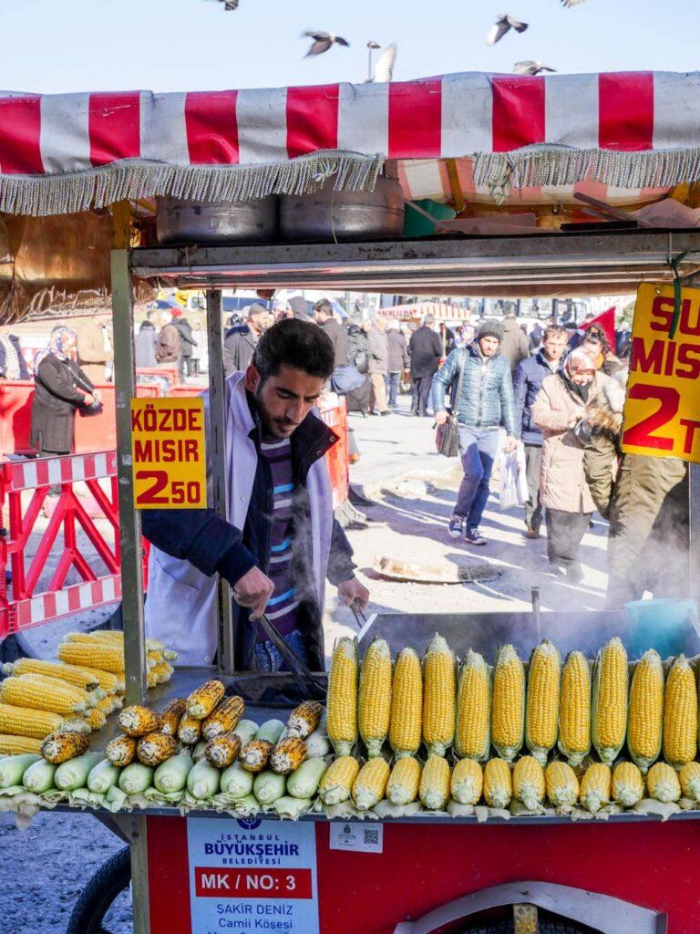 Maisselger utenfor kryddermarkedet i Istanbul (Misir carsisi) / Et kjøkken i Istanbul