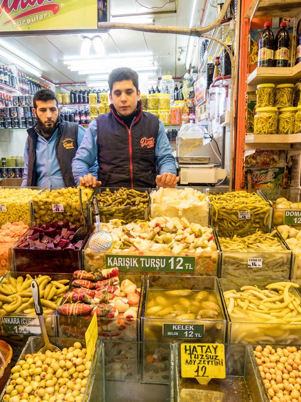 Syltede grønnsaker selges ved kryddermarkedet i Istanbul (Misir carsisi) / Et kjøkken i Istanbul