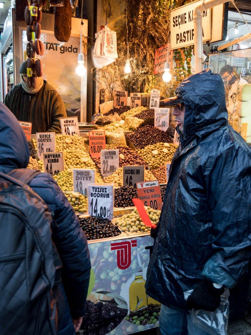 Olivenselger ved kryddermarkedet i Istanbul (Misir carsisi) / Et kjøkken i Istanbul