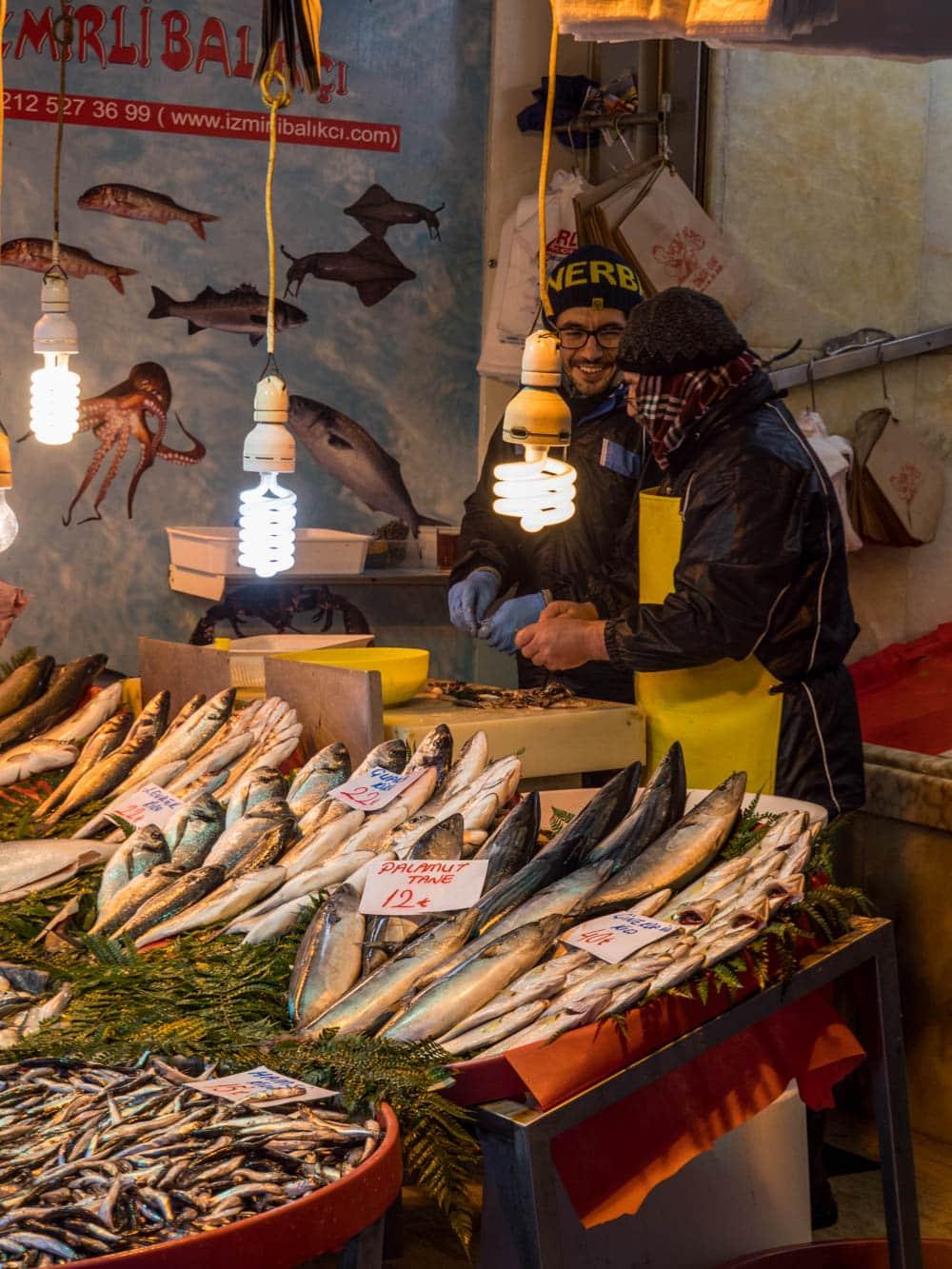 Fiskeforhandlere ved kryddermarkedet i Istanbul (Misir carsisi) / Et kjøkken i Istanbul