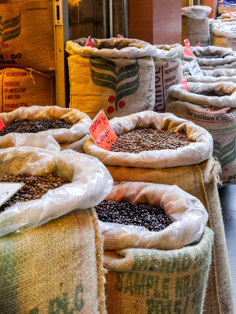 Sekker med kaffe fra kryddermarkedet i Istanbul (Misir carsisi) / Et kjøkken i Istanbul