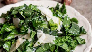 Spinat- og jordskokksalat