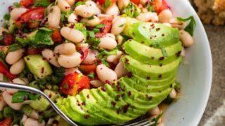Salat med hvite bønner, tomat og avokado