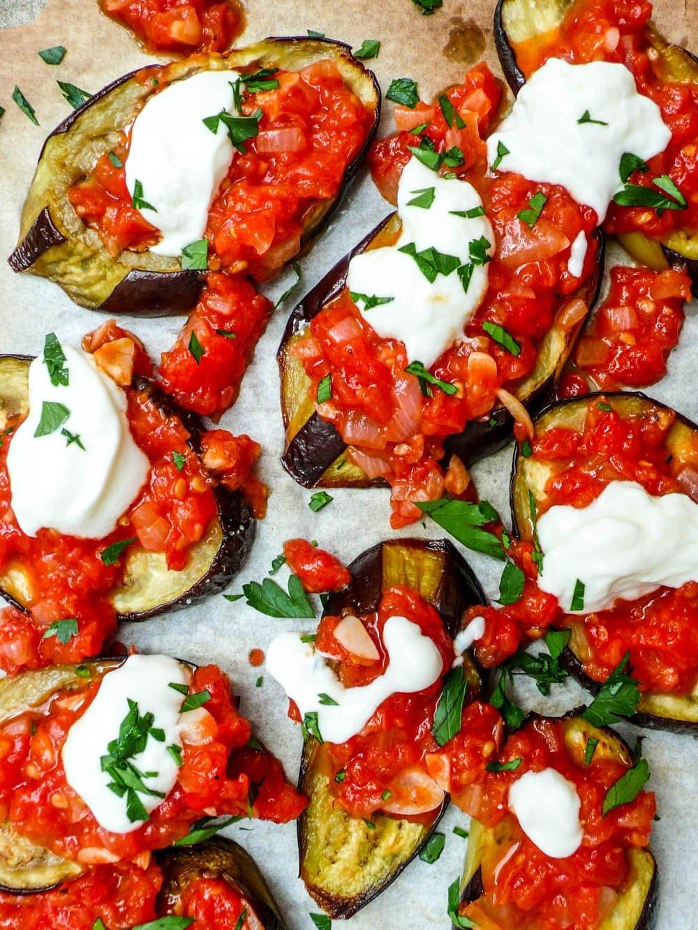 Aubergine med tomatsaus og yoghurt - oppskrift / Et kjøkken i Istanbul