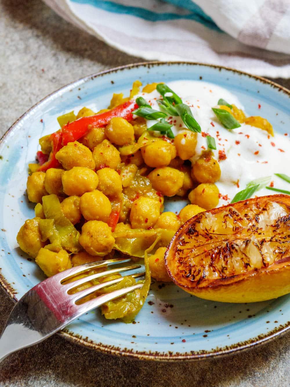 Krydrede kikerter med gurkemeie og hvitløksyoghurt - oppskrift / Et kjøkken i Istanbul