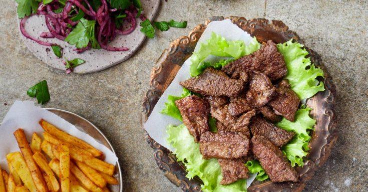 Stekt lever på tyrkisk vis med rødløksalat og chips | Enkel oppskrift | Et kjøkken i Istanbul | Vidar Bergum