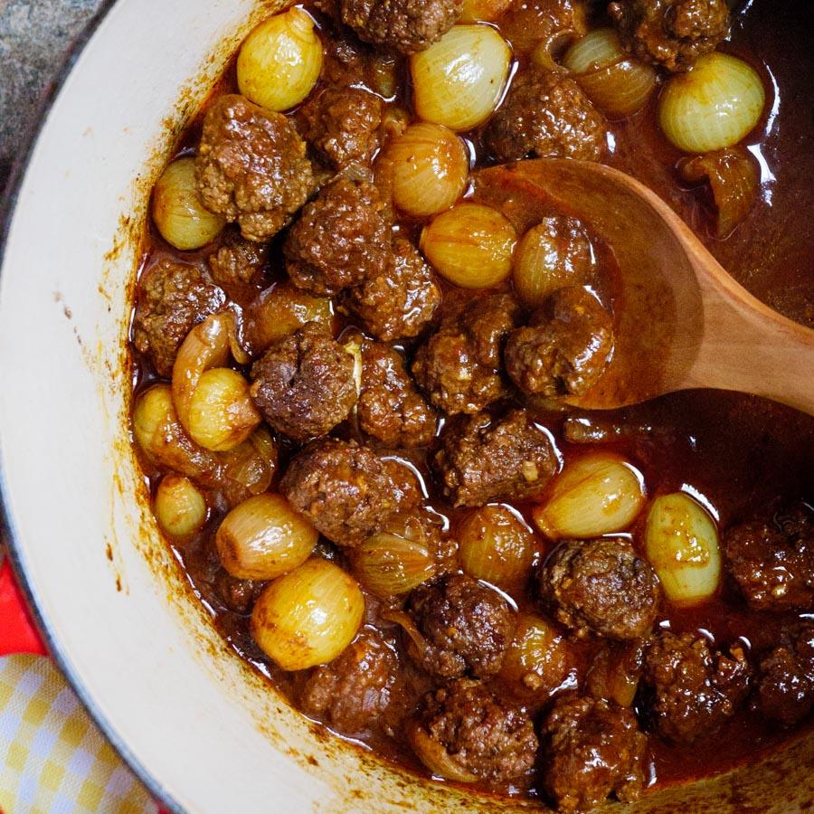 Kjøttboller med sjalottløk og sursøt tomatsaus - oppskrift / Et kjøkken i Istanbul