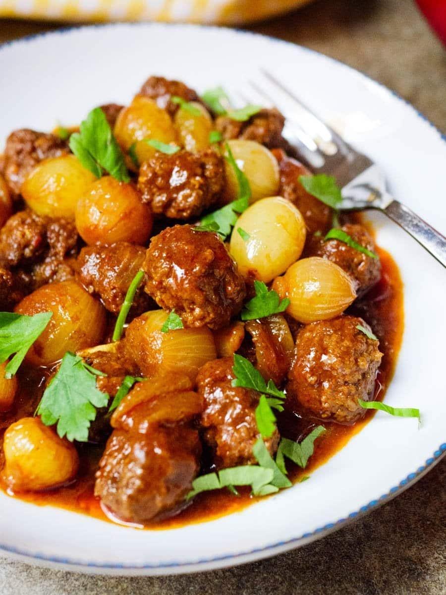 Kjøttboller med sjalottløk og syrlig tomatsaus - oppskrift / Et kjøkken i Istanbul