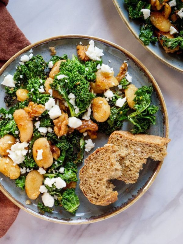 Sprøstekte smørbønner med grønnkål og fetaost – oppskrift / Et kjøkken i Istanbul