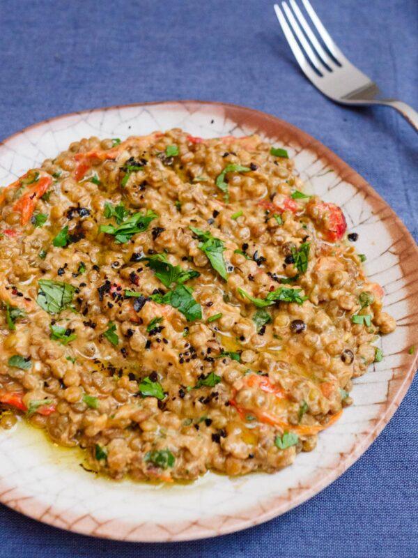 Grønne linser med tahini og bakt paprika – oppskrift / Et kjøkken i Istanbul