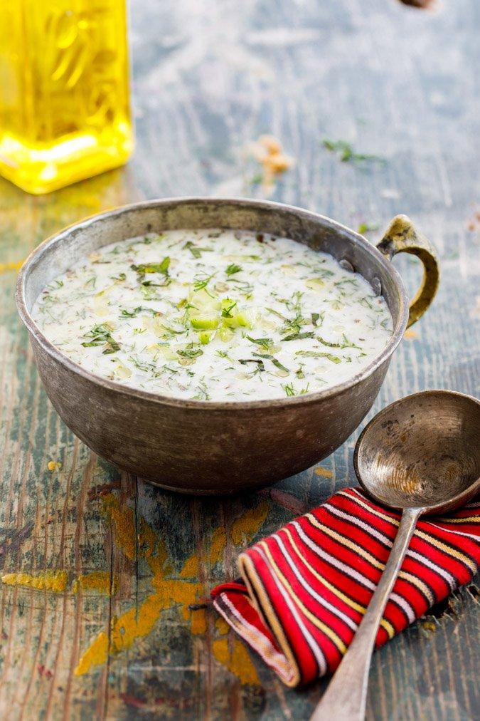 Kald yoghurt- og agurksuppe (Cacık) fra boka Hummus & granateple av Vidar Bergum