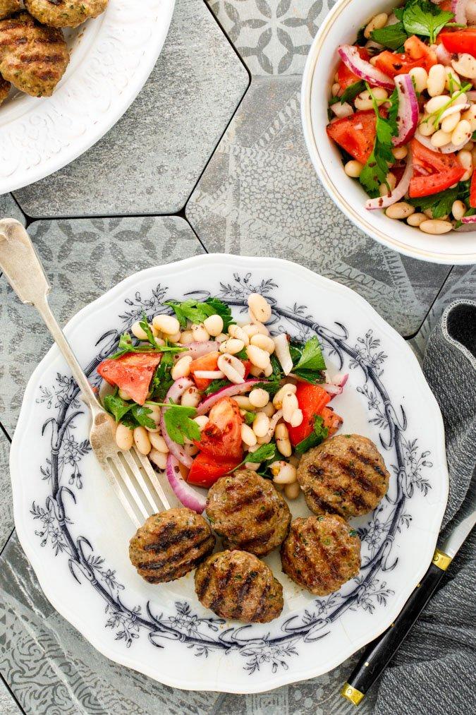 Tyrkiske kjøttboller med bønnesalat - oppskrift - Hummus & granateple av Vidar Bergum. Foto: Bahar Kitapci