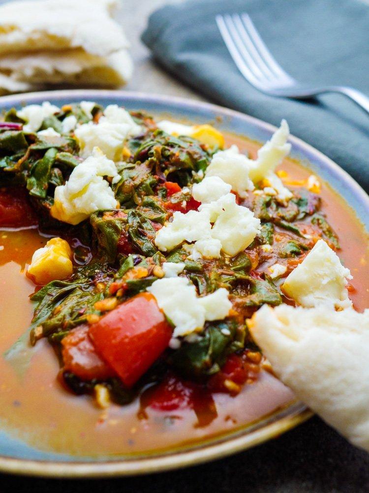 Spinat med aromatisk tomatsaus - oppskrift fra Et kjøkken i Istanbul