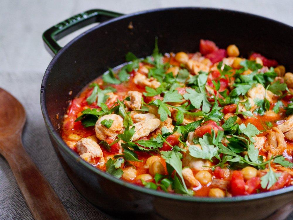 Oppskrift på kylling og kikerter i frisk tomatsaus fra Et kjøkken i Istanbul