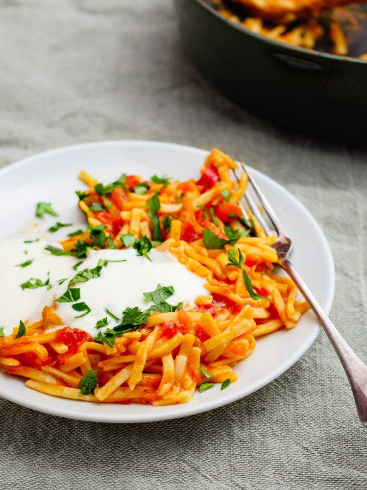 Oppskrift på pasta med krydret tomatsaus og fyldig yoghurt fra Et kjøkken i Istanbul
