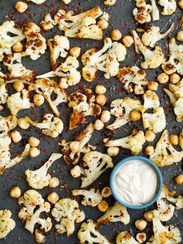 Blomkål med hasselnøtter og tahinisaus – oppskrift fra Hummus & granateple av Vidar Bergum