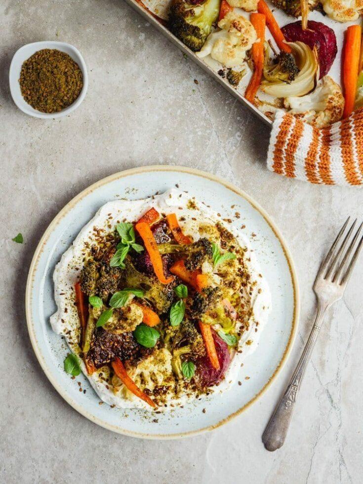 Ovnsbakte grønnsaker med labneh og za'atar