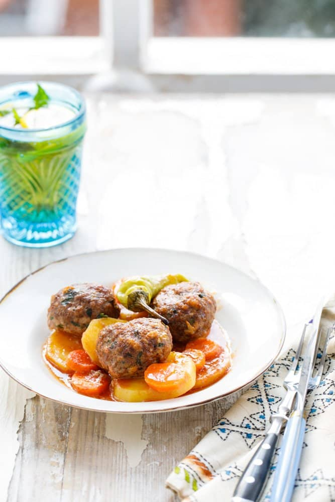 Ovnsbakte kjøttboller med potet og tomat - oppskrift fra Hummus & granateple av Vidar Bergum
