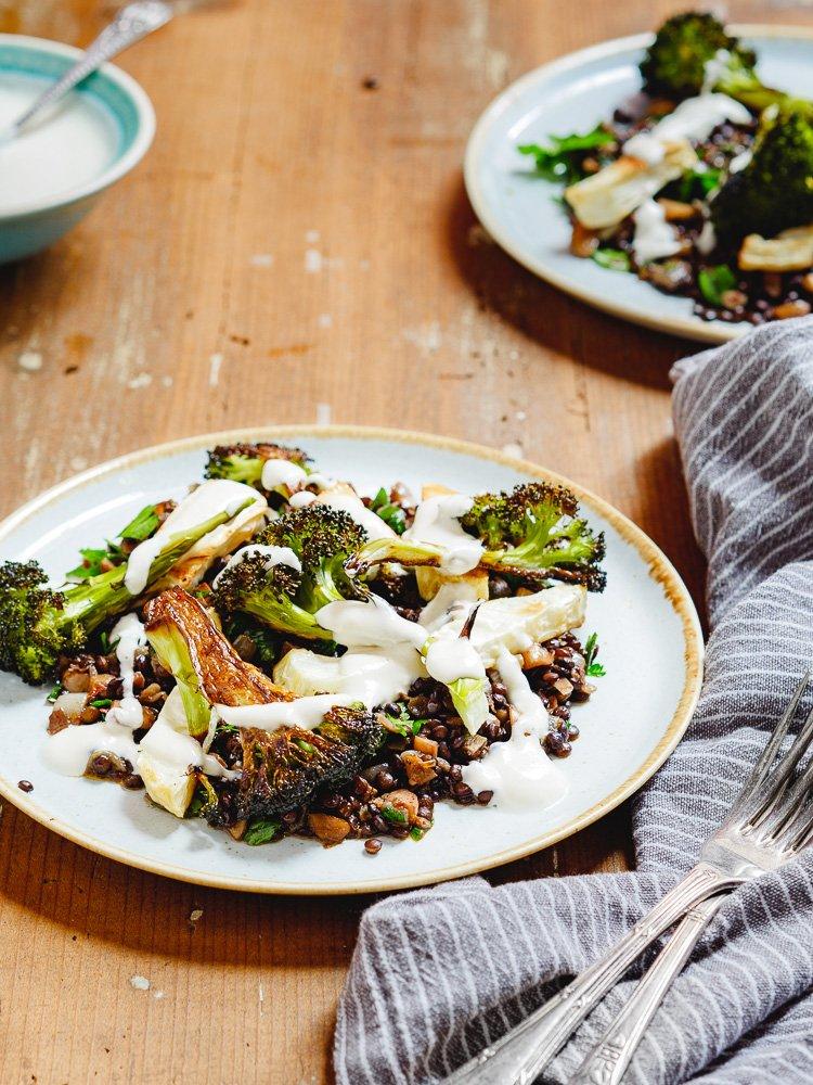 Linser med brokkoli, sellerirot og tahiniyoghurt - oppskrift fra Et kjøkken i Istanbul