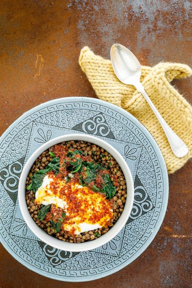 Grønne linser med spinat fra Hummus & granateple av Vidar Bergum. Foto: Bahar Kitapcı