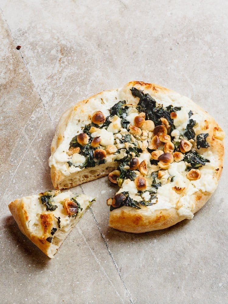 Hvit minipizza med spinat, geitost og hasselnøtter - oppskrift fra Et kjøkken i Istanbul