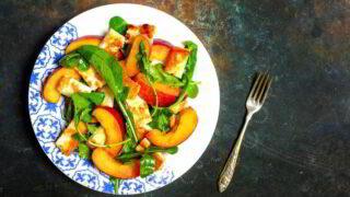 Halloumi- og ferskensalat