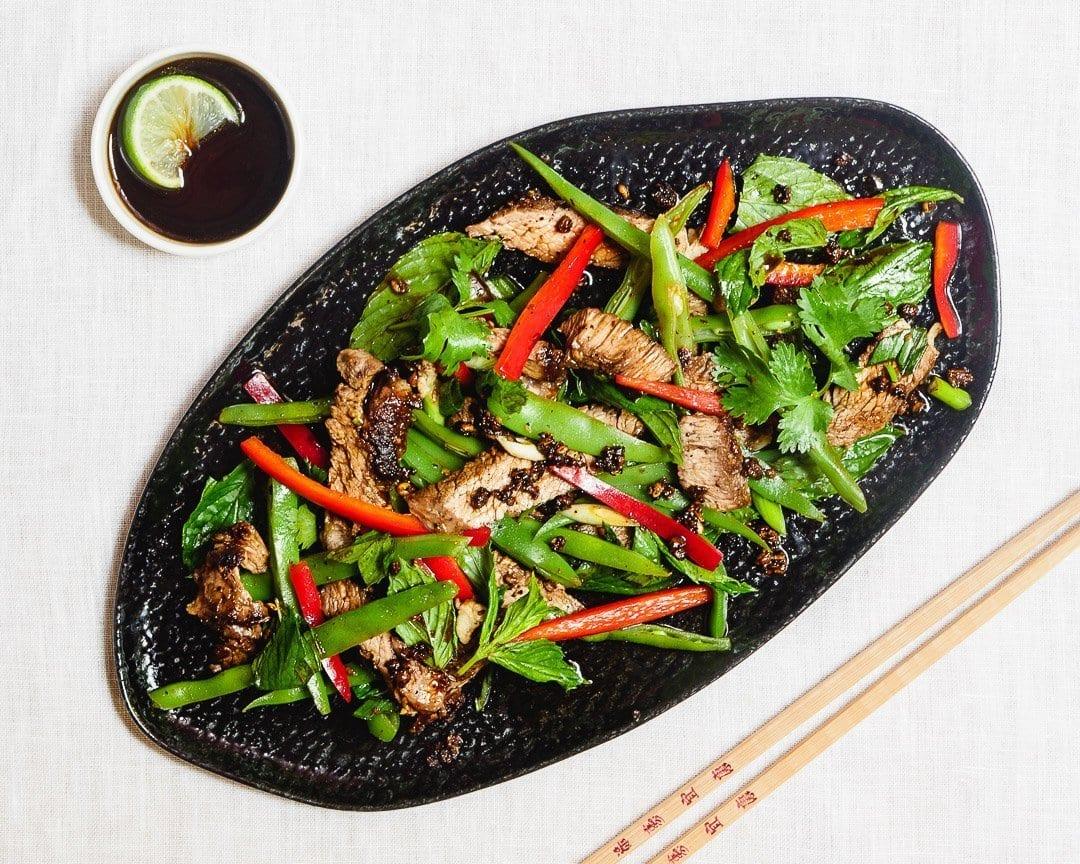 Biffsalat med grønne bønner, paprika og soyasaus