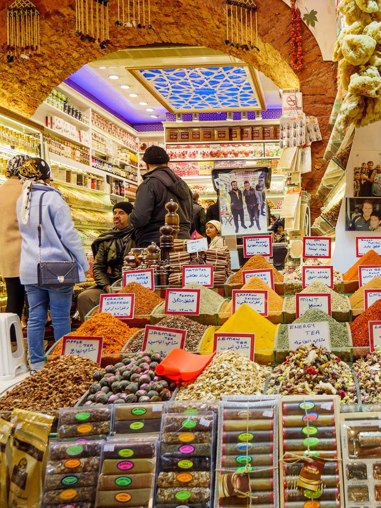 Fargerik bod ved kryddermarkedet i Istanbul