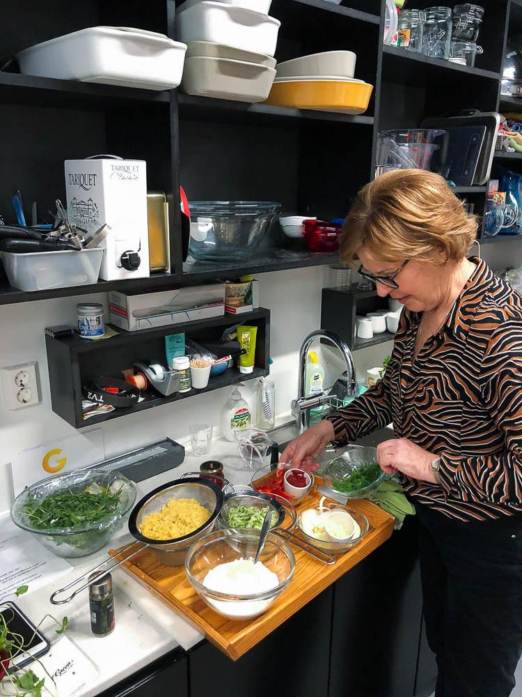 Wenche Andersen forbereder mat på kjøkkenet