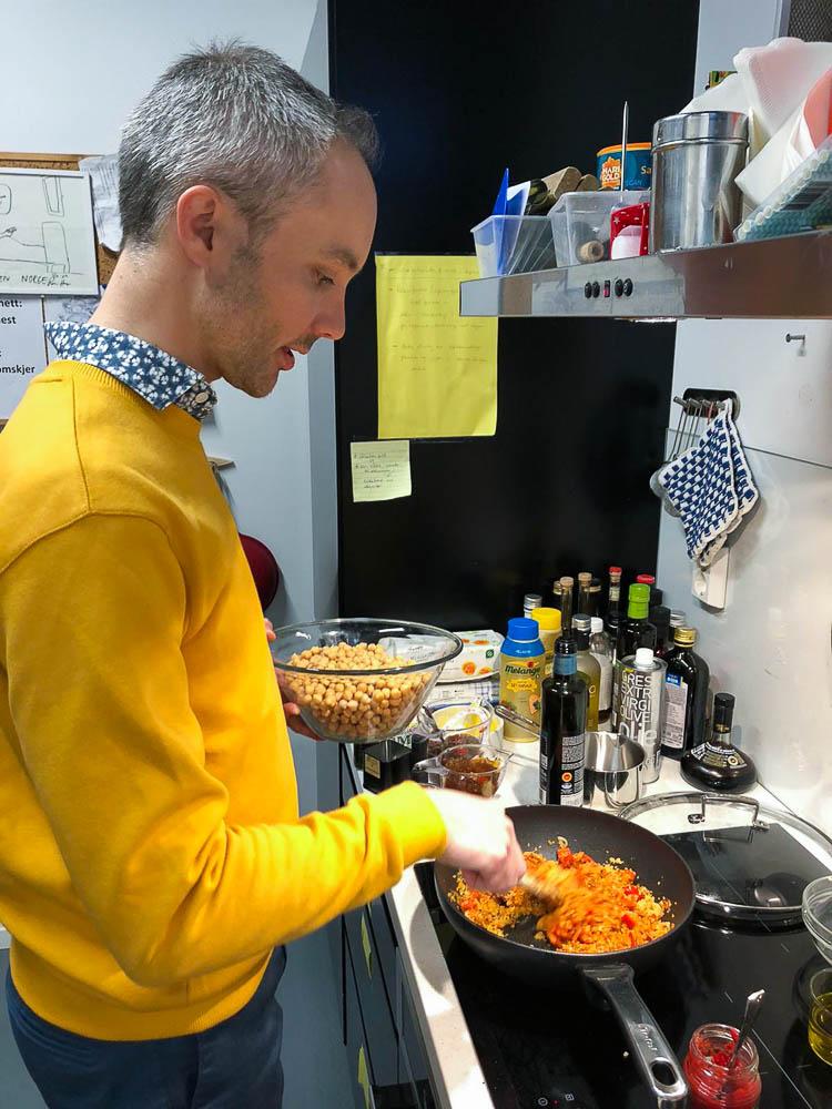 Vidar Bergum forbereder mat på kjøkkenet