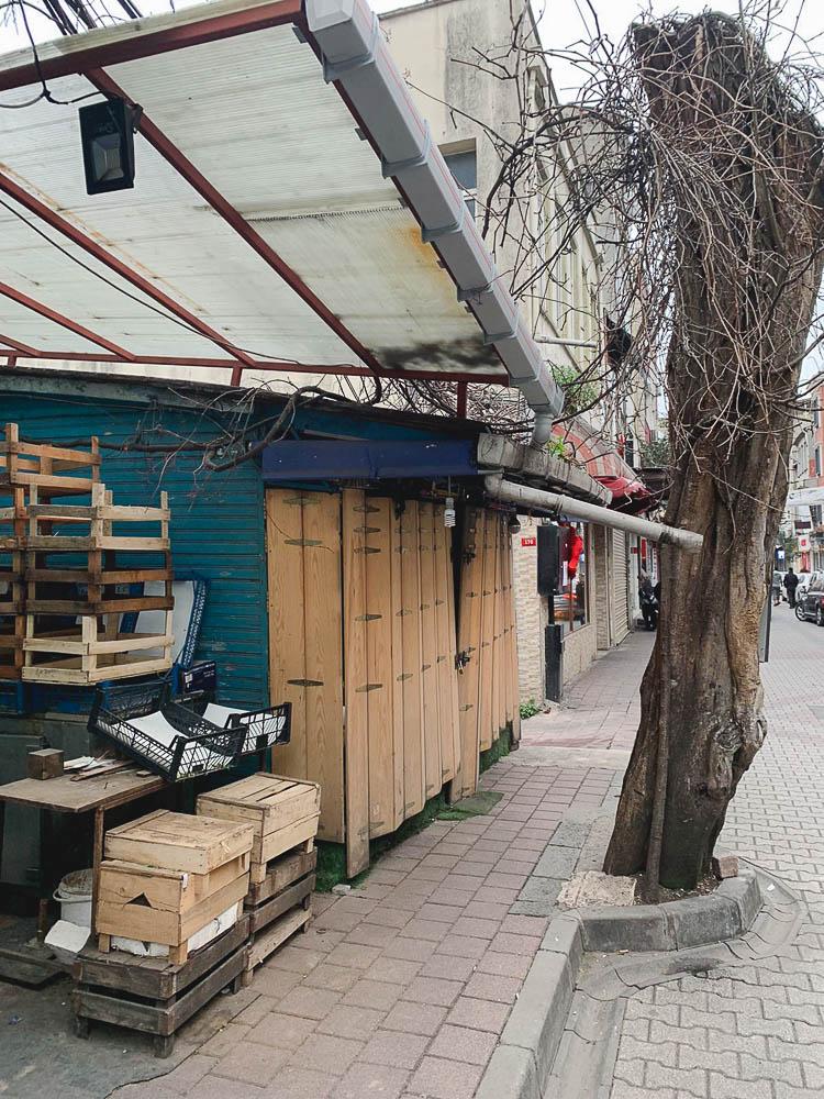 Stengt grønnsaksforhandler på hovedgaten i Balat, Istanbul, 26. mars 2020