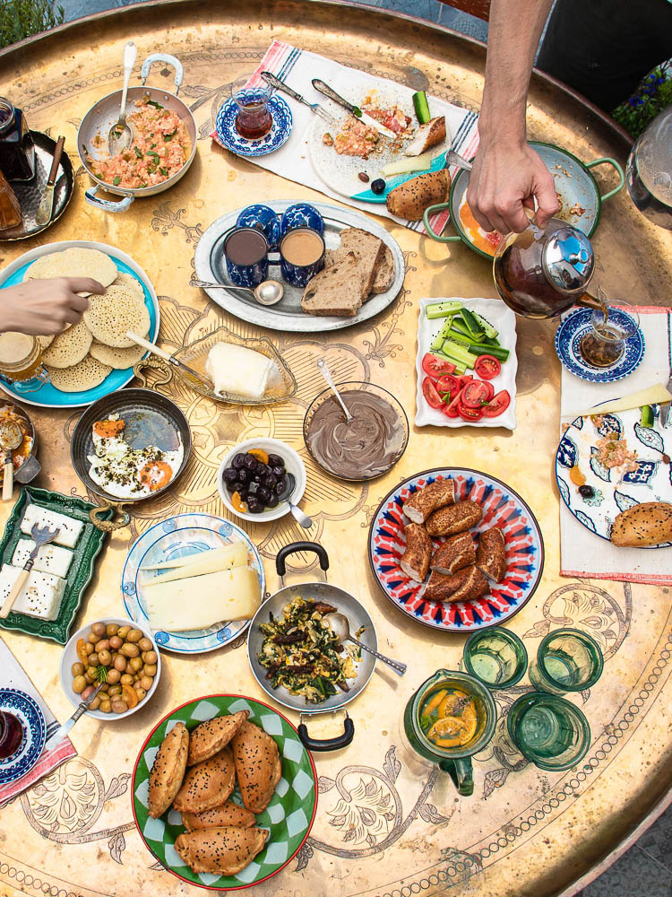 Frokostbord dekt med masse småretter