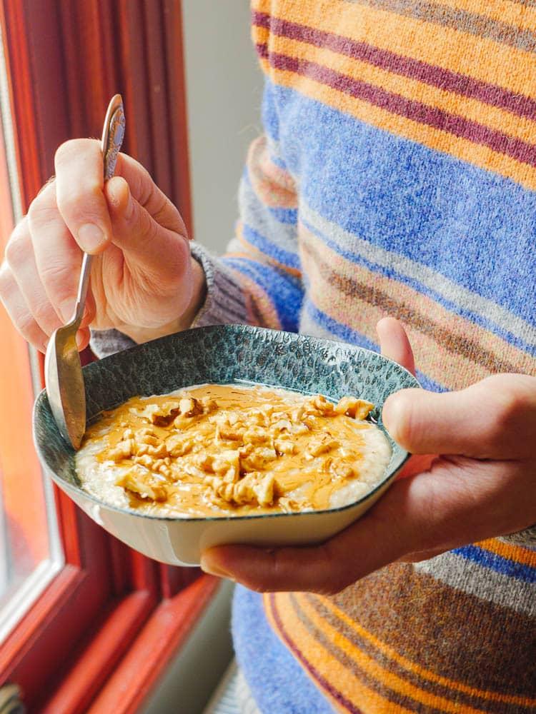 Havregrøt med tahini, honning og valnøtter