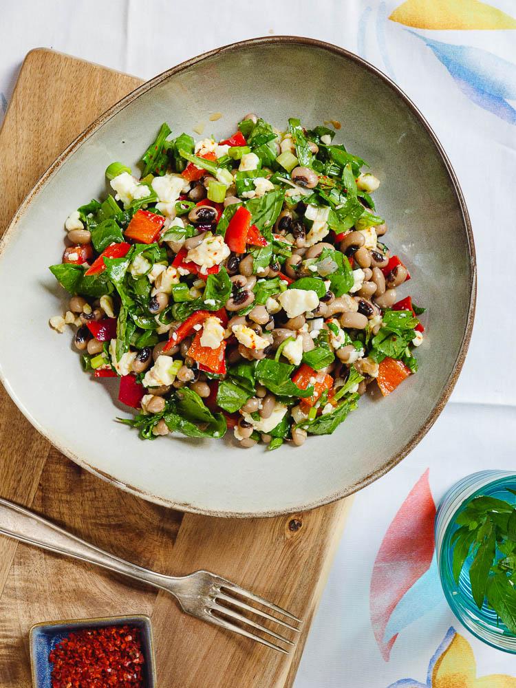 Salat av svartøyebønner med paprika og fetaost