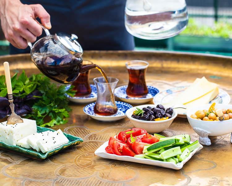 Tyrkisk frokost med te som helles i koppen