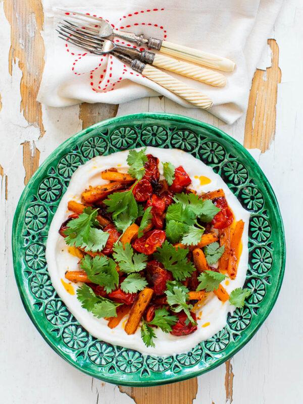 Ovnsbakte gulrøtter og tomater med kefirlabneh
