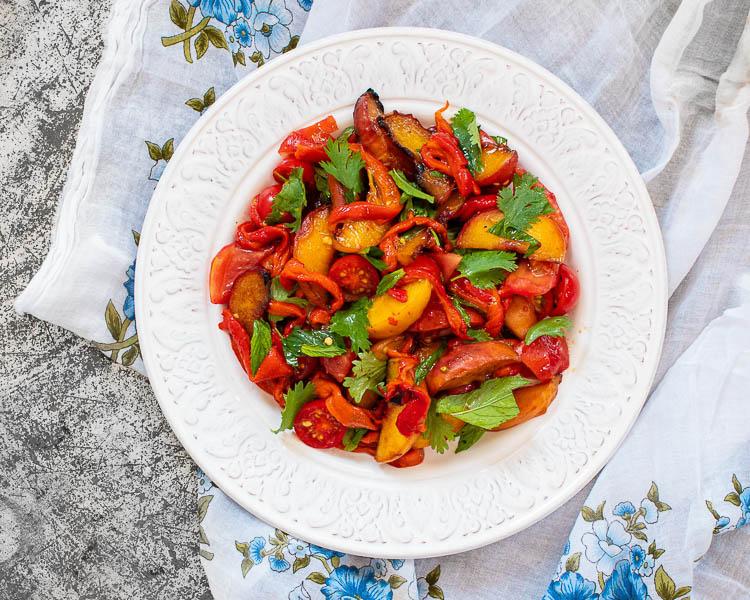 Ferskensalat med paprika og tomat på rundt fat