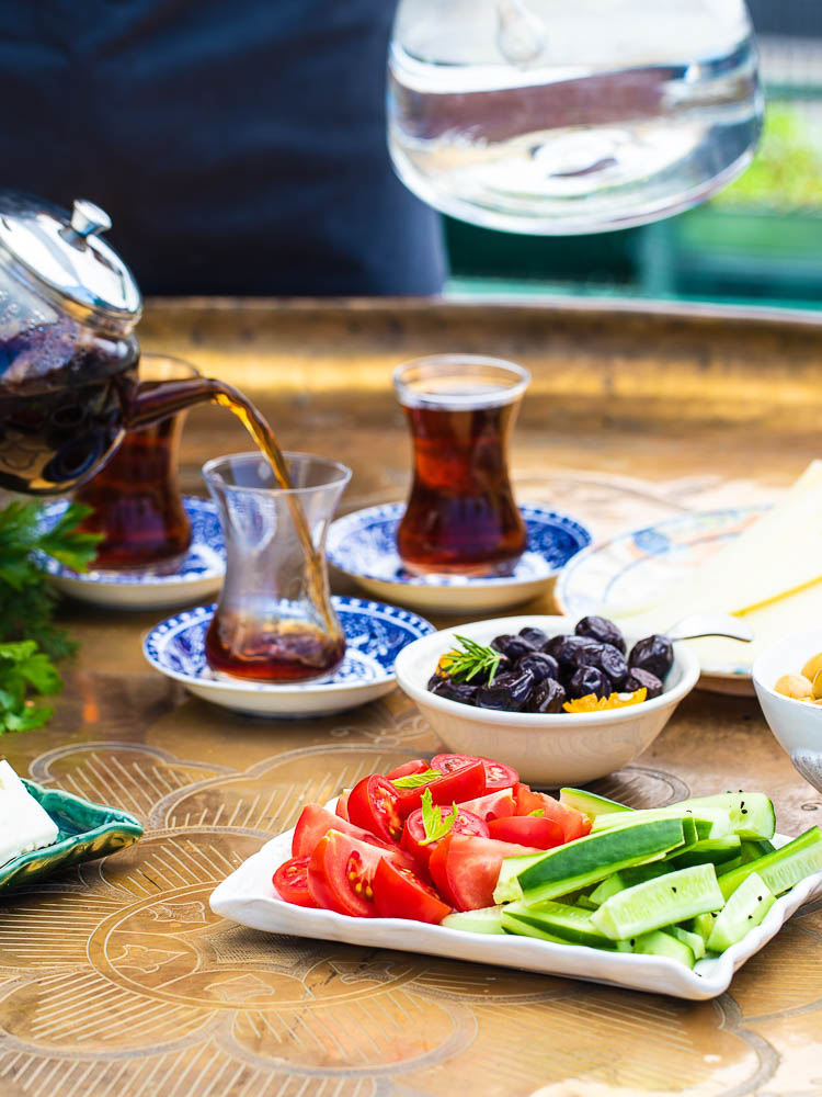 Enkelt tyrkisk frokostbord med te som helles i kopp