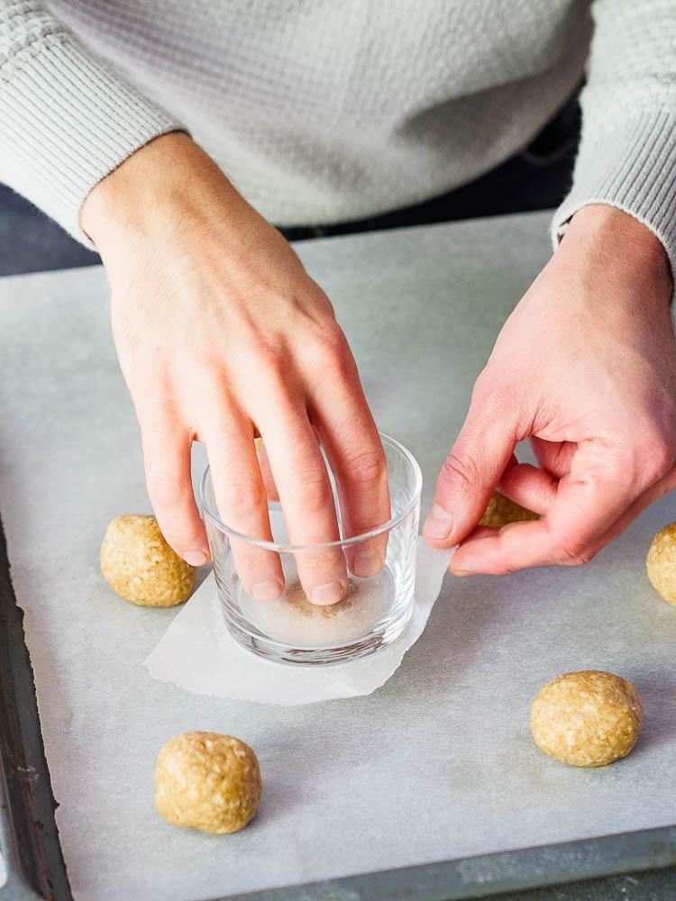 Uttrykking av havrekjeks med glass og bakepapir