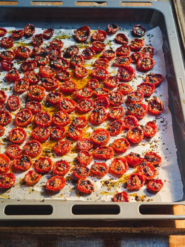 Ovnsbakte tomater med chiliflak på stekebrett sett fra siden