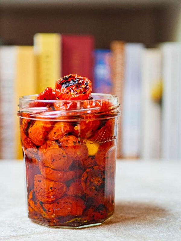 Ovnsbakte tomater med chiliflak i glass med olivenolje sett fra siden