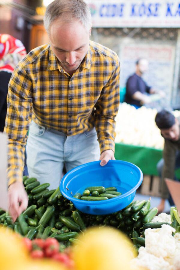 Vidar Bergum velger små agurker på marked