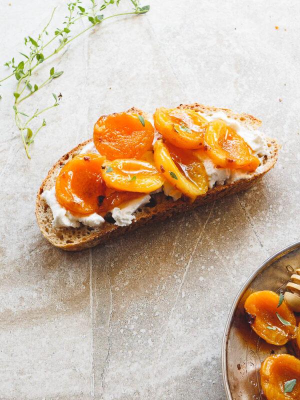 Blings med labneh og stekt aprikos